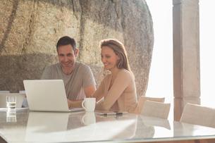 Couple using laptop at breakfastの写真素材 [FYI02186486]