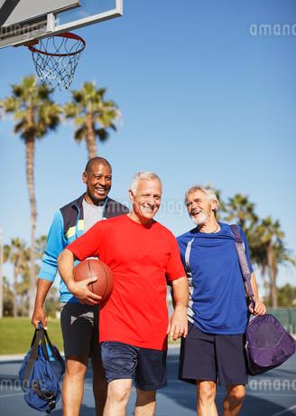 Older men playing basketball on courtの写真素材 [FYI02186506]