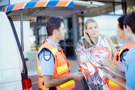 Paramedics talking to patient in hospital parking lotの写真素材 [FYI02186547]