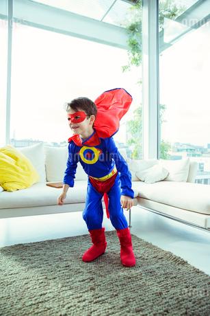 Superhero boy playing in living roomの写真素材 [FYI02186574]