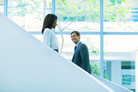 Business people walking up and down the office building stairsの写真素材 [FYI02186704]