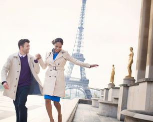 Couple walking in front of Eiffel Tower, Paris, Franceの写真素材 [FYI02186894]