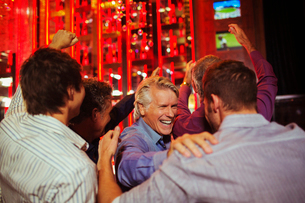 Men having fun in barの写真素材 [FYI02186898]