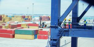 Workers talking on cargo craneの写真素材 [FYI02186938]