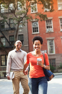 Couple walking together on city streetの写真素材 [FYI02187055]