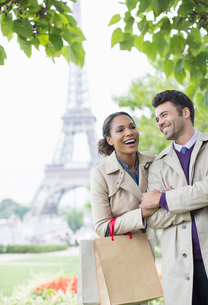 Couple walking in park near Eiffel Tower, Paris, Franceの写真素材 [FYI02187069]