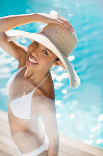 Portrait of smiling woman at poolsideの写真素材 [FYI02187094]