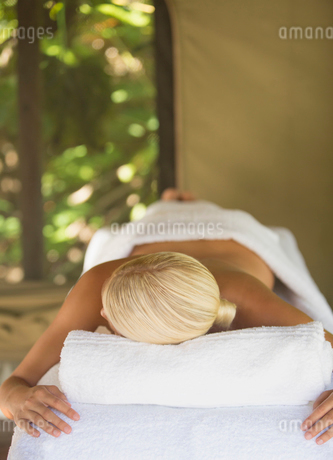 Woman having massage in spaの写真素材 [FYI02187106]
