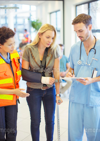 Nurse and paramedic talking to patient in hospitalの写真素材 [FYI02187123]