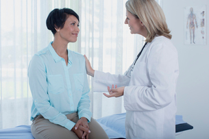 Smiling female doctor talking to patient in officeの写真素材 [FYI02187128]