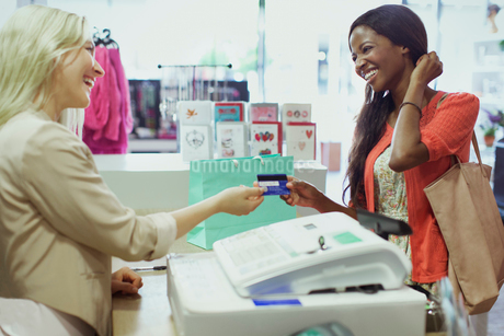 Woman paying with credit card in storeの写真素材 [FYI02187159]
