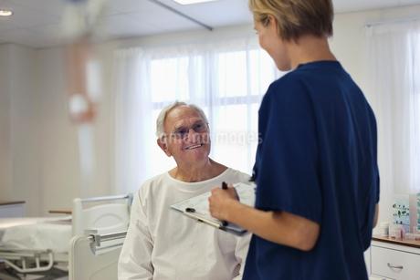Nurse talking with older patient in hospitalの写真素材 [FYI02187311]