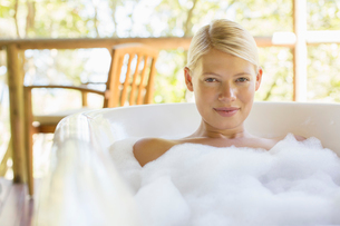 Woman relaxing in bubble bathの写真素材 [FYI02187315]