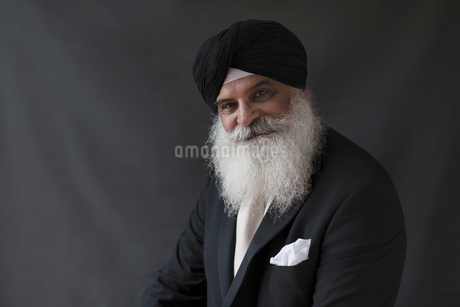 Portrait confident, well-dressed senior man with beard in turbanの写真素材 [FYI02187340]