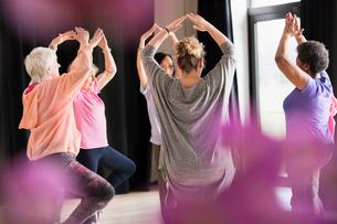 Active seniors exercising in circleの写真素材 [FYI02187345]