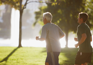 Older men jogging together in parkの写真素材 [FYI02187368]