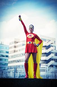Superhero standing proudly in cityの写真素材 [FYI02187386]