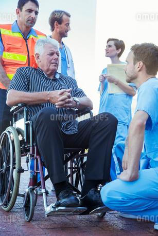 Nurse talking to patient outside hospitalの写真素材 [FYI02187397]