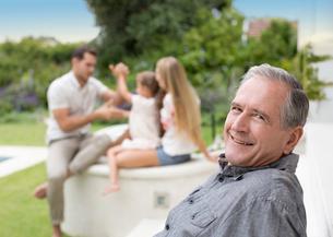 Older man smiling outdoorsの写真素材 [FYI02187412]