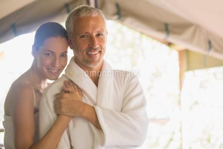 Smiling couple huggingの写真素材 [FYI02187418]