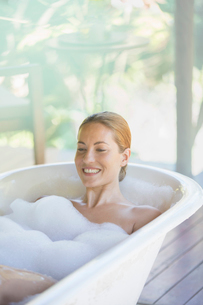 Woman relaxing in bubble bathの写真素材 [FYI02187434]