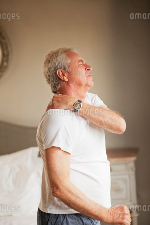 Senior man holding shoulder in painの写真素材 [FYI02187485]