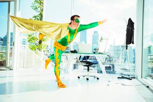 Superhero flying in officeの写真素材 [FYI02187498]