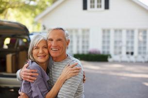 Smiling older couple hugging outdoorsの写真素材 [FYI02187510]
