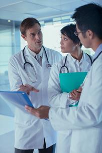 Doctors discussing patient's treatmentの写真素材 [FYI02187520]