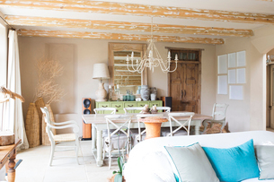 Living and dining area in rustic houseの写真素材 [FYI02187529]