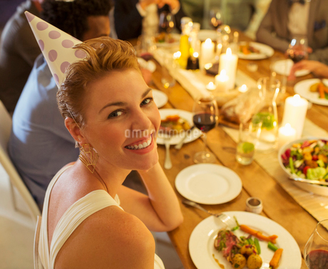 Woman smiling at birthday partyの写真素材 [FYI02187575]