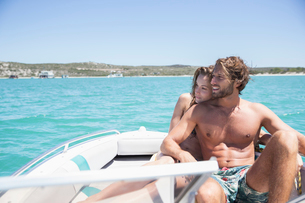 Couple sitting on boat togetherの写真素材 [FYI02187619]