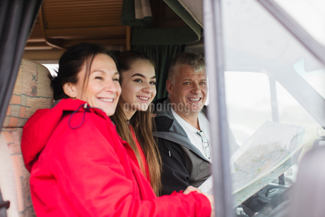 Portrait happy family with map in motor homeの写真素材 [FYI02187632]