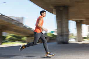 Man running through city streetsの写真素材 [FYI02187635]
