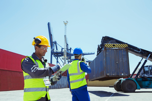 Workers near cargo containersの写真素材 [FYI02187644]