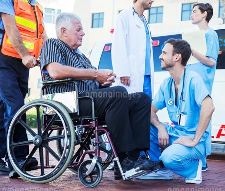 Nurse talking to patient outside ambulanceの写真素材 [FYI02187658]