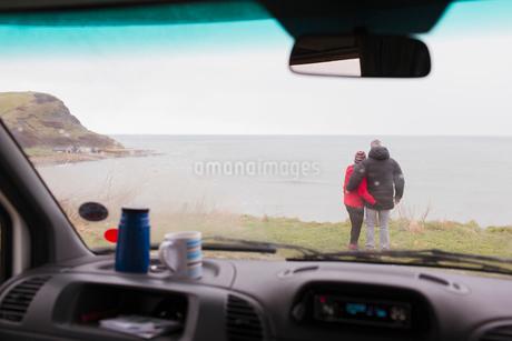 Affectionate couple enjoying ocean view outside motor homeの写真素材 [FYI02187678]