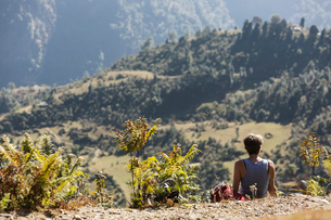 Female hiker resting, enjoying sunny scenic view, Supi Bageshwar, Uttarakhand, Indian Himalayan Footの写真素材 [FYI02187752]