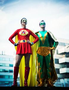 Superheroes standing on city rooftopの写真素材 [FYI02187790]