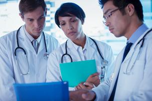 Doctors discussing patient's treatmentの写真素材 [FYI02187793]