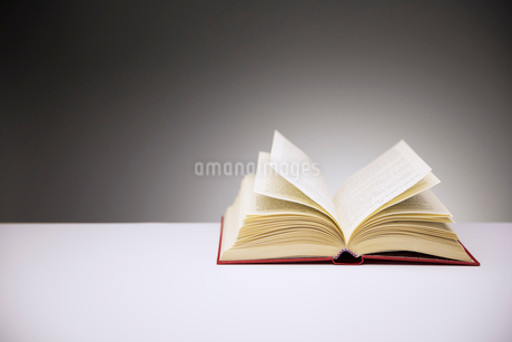 Close up of open book on counterの写真素材 [FYI02187797]