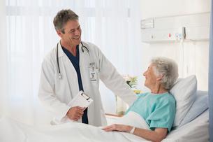 Doctor talking to elderly patient in hospitalの写真素材 [FYI02187821]
