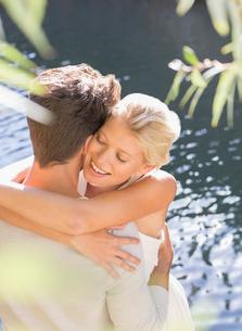 Couple hugging by poolの写真素材 [FYI02187881]
