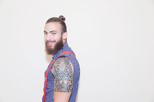 Portrait confident male hipster with shoulder tattooの写真素材 [FYI02187911]