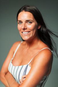 Portrait smiling, confident womanの写真素材 [FYI02187960]