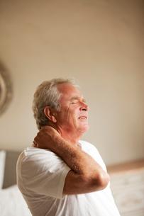 Senior man holding neck in painの写真素材 [FYI02187972]