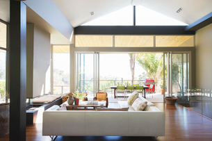 Modern living room with large sofas and coffee tableの写真素材 [FYI02187984]