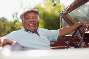 Smiling older man driving convertibleの写真素材 [FYI02188013]