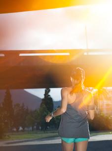 Woman running through city streetsの写真素材 [FYI02188040]