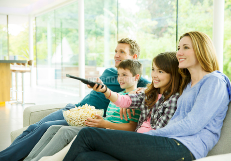 Family watching television in living roomの写真素材 [FYI02188062]